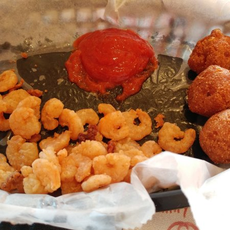 Christiansburg, Wirginia: Popcorn Shrimp, hush puppies and cocktail sauce