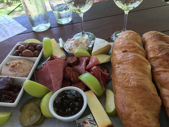 Constantia, Sudafrica: Lovely light lunch with 5 wine tastings