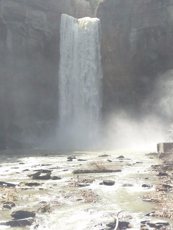 Trumansburg, NY: Taughannock Falls: view from the bridge near the base of the falls.