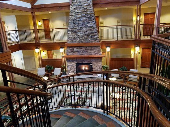Avila Beach, CA: View of fireplace in lobby from top of staircase