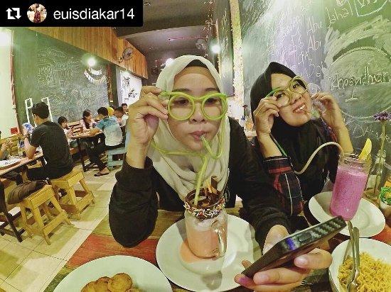Eat Play Selfie Picture Of Omnivora Cafe Banjarmasin Tripadvisor