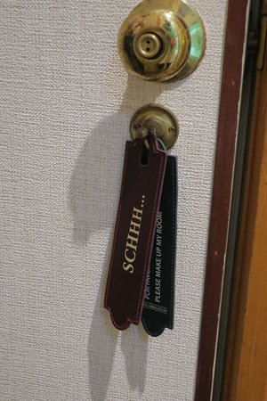 Hotel Lisboa Plaza : Two leather tags to let the staff know to clean your room or give you privacy.