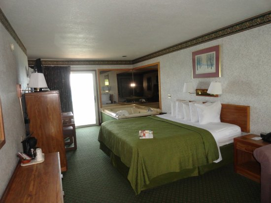 Quality Inn Lakefront: King bed room with sofa and Jacuzzi