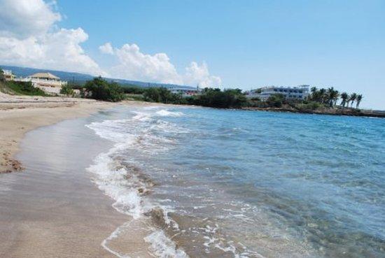 Taino Cove: Beach area outside hotel