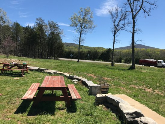 Pigeon Mountain Country Store & BBQ: This is the view... you can eat at a picnic table or sitting on the wall.