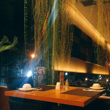 Grand Zuri Padang Hotel: Salah satu meja di restoran hotel