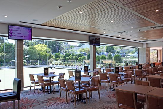 Pennant Hills, ออสเตรเลีย: Restaurant Seating overlooking Bowling Greens