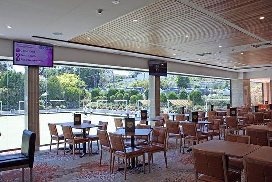Pennant Hills, Australia: Restaurant Seating overlooking Bowling Greens