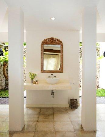 The Royal Palm Villa: Wash Basin, mirror