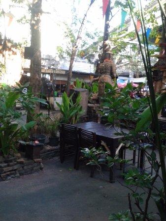 Banrie Bai Ka Prao: Ekamai Beer Garden