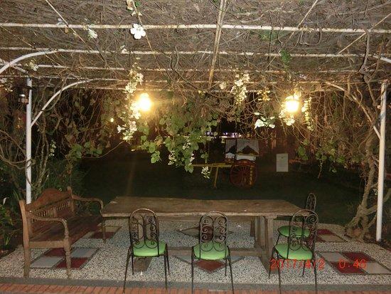 Montebello Villa Hotel: 中庭