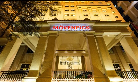 Movenpick Hotel Hanoi: Hotel at night