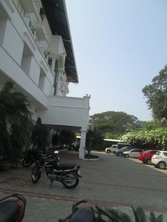 Paray Village County Hotel: HOTEL & GROUND