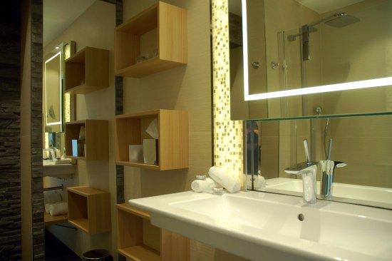 Belle salle de bains contemporaine et bien équipée - Photo ...