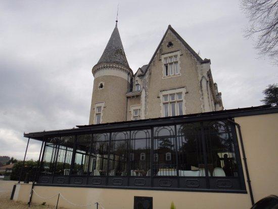 Chateau des Reynats: Vue de l'extérieur ... très belle verrière .