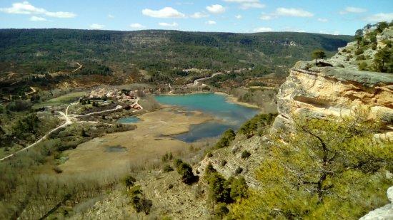 Uña, España: la laguna y el pueblo