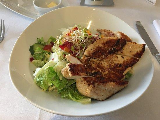 Bruchsal, Tyskland: Caesar Salad with Grilled Chicken