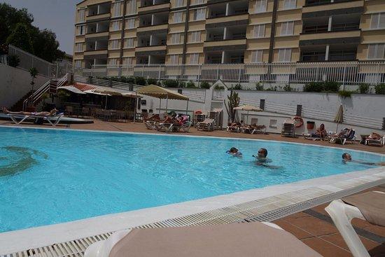 Apartamentos Dorotea: Vu de la piscine, vers les appartements