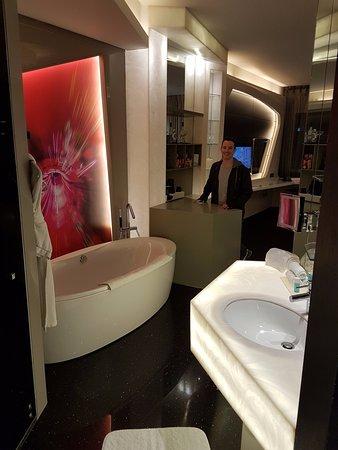 Vue sur la salle de bains - Bild von V Hotel Dubai, Curio ...