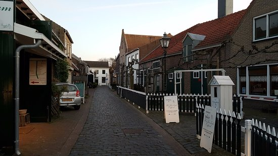 Herberg de Natte Pij : The cosy street where the hotel is situated