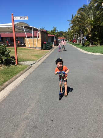 Hastings Point, Austrália: Drive slowly, lots of kids enjoying the quiet access streets