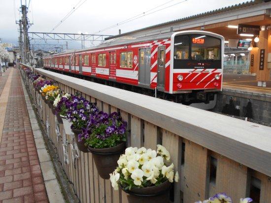 Otsuki, Japan: 線路わきの鉢植え