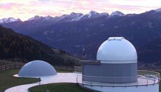 Tesero, Italie : Osservatorio di Fiemme dopo il tramonto