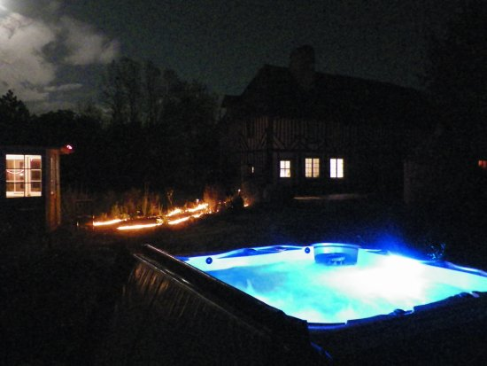 Saint-Ouen-du-Mesnil-Oger, France: Notre jacuzzi plein air, séances possibles en soirée à 22h00 sur réservation (séance en suppléme