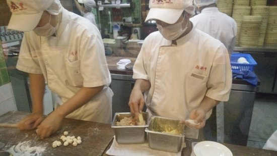 Din Tai Fung (The Gardens) : kitchen staff not wearing gloves....preparing siu loong pau...The Garden Mid Valley KL....disgus