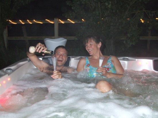 Saint-Ouen-du-Mesnil-Oger, France: Une petite séance privatisée de jacuzzi en soirée avec Champagne !! So romantic !!