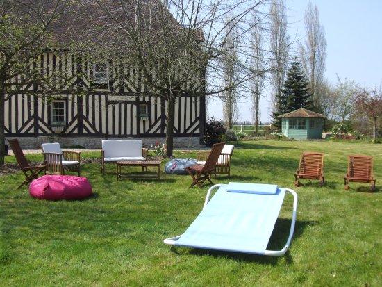 Saint-Ouen-du-Mesnil-Oger, France: Notre parc arboré et fleuri de plus de 4200 m² avec tables chaises transats bains de soleil...