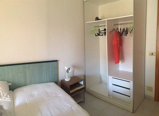 armadio senza ante (proprio senza) - Foto di Hotel Astor, Alba ...