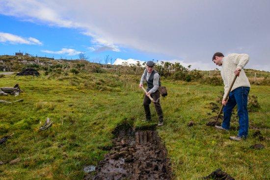 Κενμάρε, Ιρλανδία: Cutting Turf in Molly Gallivans