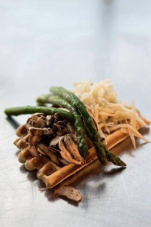 Rimouski, كندا: Gaufre salée, les ingrédients sont cuitent à l'intérieur de la pâte.