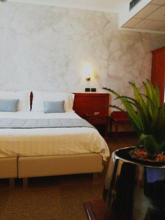 Medea Hotel: CAMERA TRIPLA, DETTAGLIO DECORATIVO