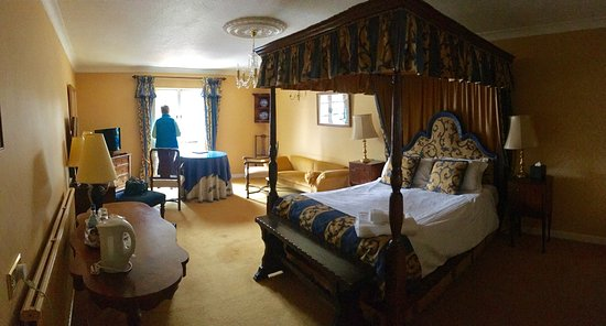 Banchory, UK: Four poster  room. Photo better viewed in panoramic if possible.