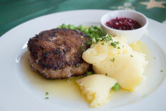 Molle, Suecia: Vallenbergare med rårörda lingon om potatismos. Allt gjort från grunden.
