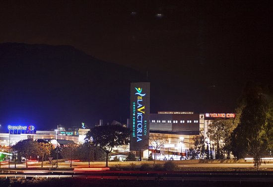 Rincon de la Victoria, สเปน: Vista noctura de la fachada del Centro Comercial Rincón de la Victoria
