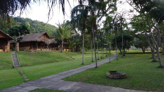 Huai Khum Resort : Chambres dans le parc