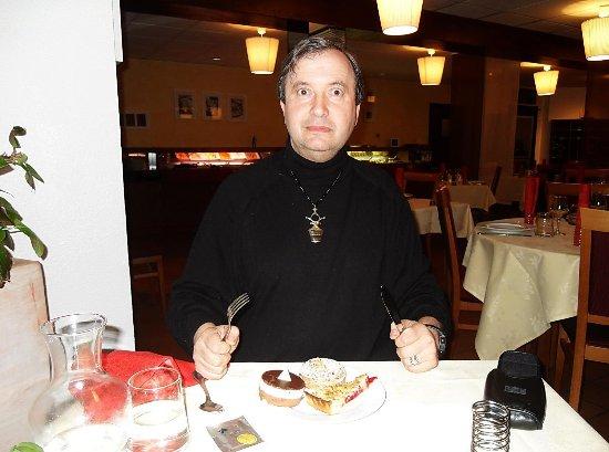 Saint-Gervais-la-Foret, France: goûtons aux desserts de l'hôtel Ikar !