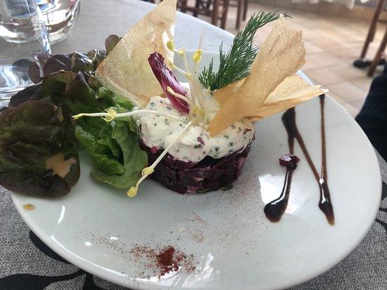 Sulniac, Francia: tartare de betterave rouge aux herbes et pousse de petits pois