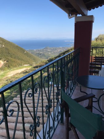 Sokraki Traditional Villas: Mountain view onto the sea from the balcony