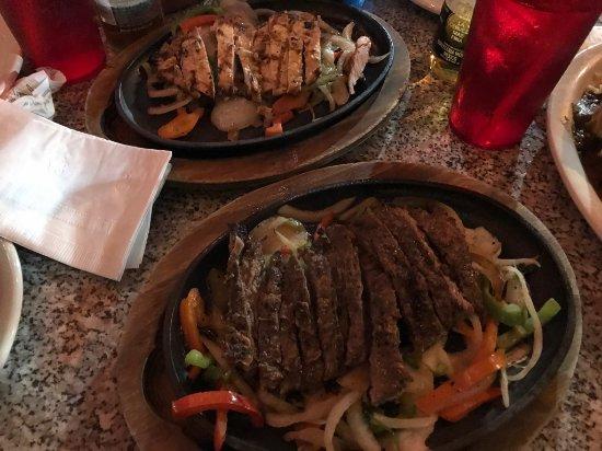 Chuy's: Fajitas di pollo e di manzo