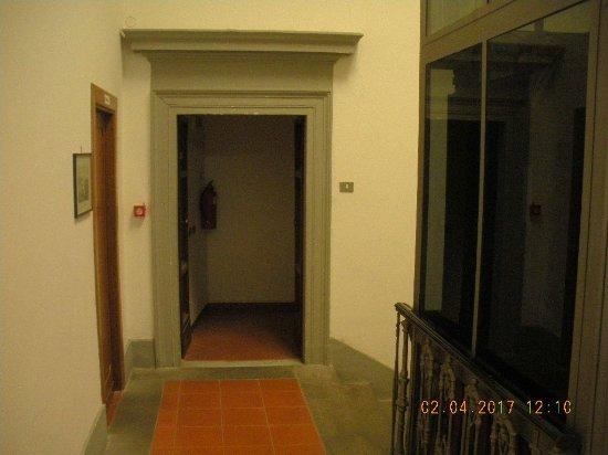 A destra l ascensore e l ingresso al corridoio delle camere
