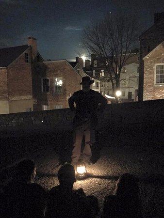 Harpers Ferry, Западная Вирджиния: Rick Garland in Hog Alley talking about the unfortunate demise of Dangerfield Newby. Look for li