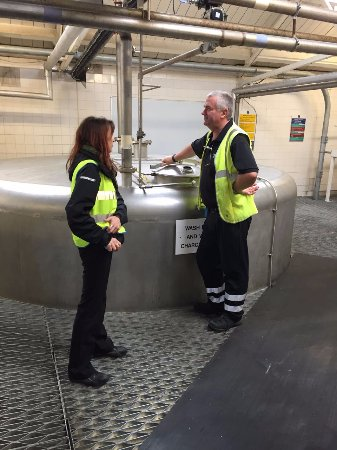 Port Ellen, UK: Our tour guide speaking with a man running the mash tun.