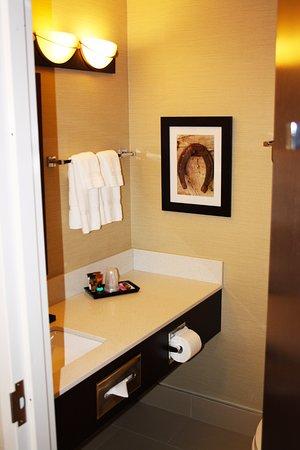 The Kanata Inns Invermere: Newly renovated Bathroom