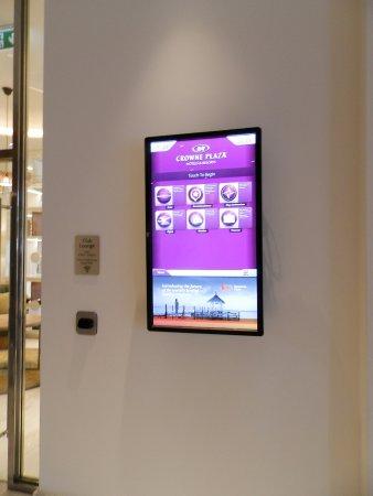 Crowne Plaza London - Kings Cross: Ecrâ interativo que muito ajuda quem não conhece a cidade de Londres