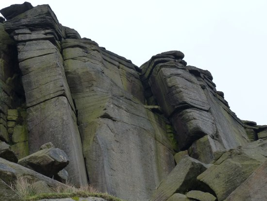 Hathersage, UK: Looking up to Stanage Edge