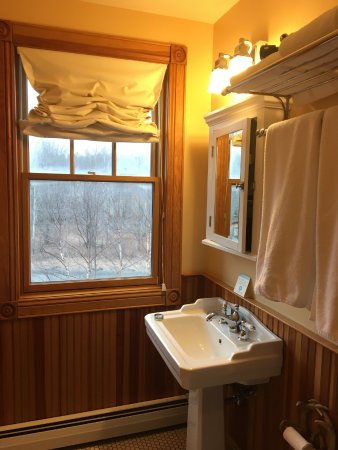 Tannersville, NY: Bathroom was nicely decorated with fixtures of high quality.